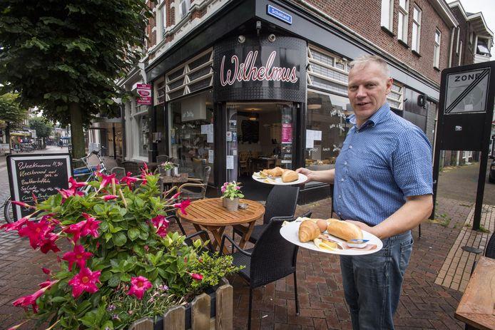 Michael Reuvekamp serveert een ontbijtje bij zijn Duitse eethuis.