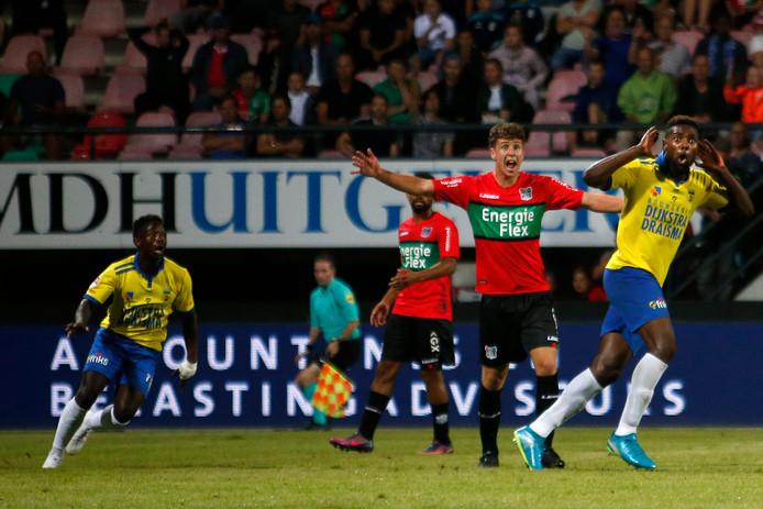 NEC-verdediger Frank Sturing (tweede van rechts) protesteert in de eerste wedstrijd van de competitie na de gelijkmaker van SC Cambuur.