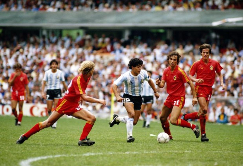 Maradona tegen de Belgen op het WK 1986 in Mexico. Beeld Getty