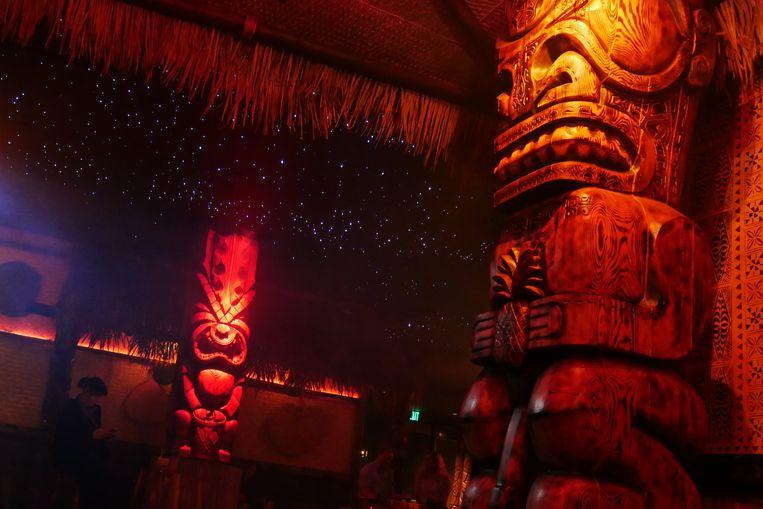 Torenhoge tikibeelden onder een artificiële sterrenhemel in Pagan Idol, een tikibar in San Francisco. Beeld Robin Broos
