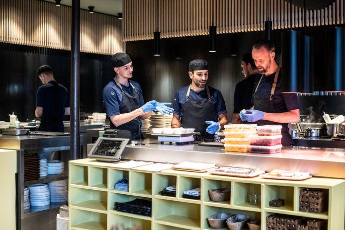 Het Nijmeegse restaurant De Nieuwe Winkel van Emile van der Staak (geheel rechts op de foto) ontving maandag een Michelinster.