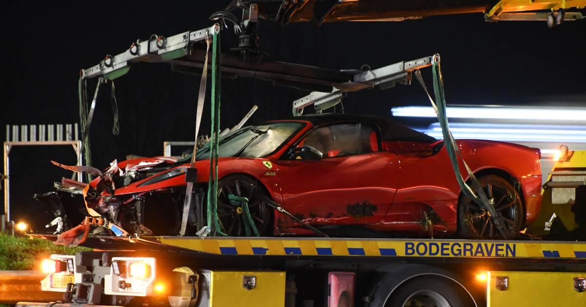 Dure Ferrari van ruim 2 ton in de prak na ongeval op A12.