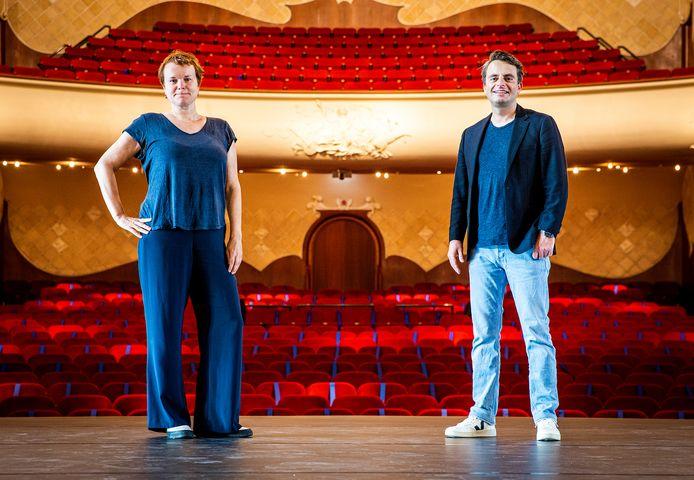 Programmeur Susan Duwel en directeur Jasper Damsteegt in de Grote Zaal van de Dordtse schouwburg Kunstmin.