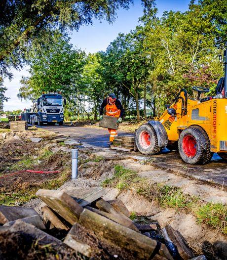 Het azc-terrein in 's-Gravendeel wordt klaargemaakt voor de komst van vluchtelingen