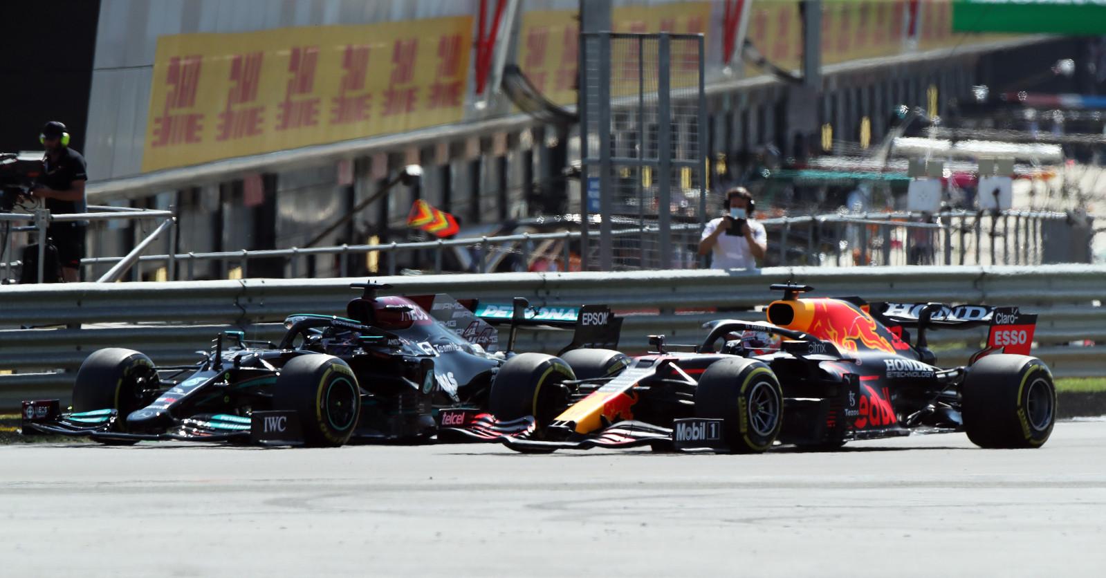 Hamilton tikte Verstappen al in de eerste ronde aan, waardoor de Nederlander crashte.