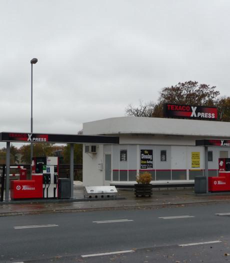 Het verloederde tankstationnetje De Fakkel is waarschijnlijk gebouwd in 1958 en blijft een rijksmonument