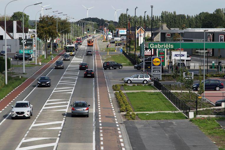 Langs de Handelskilometer op de N9 in Maldegem liggen heel wat handelszaken en woningen.