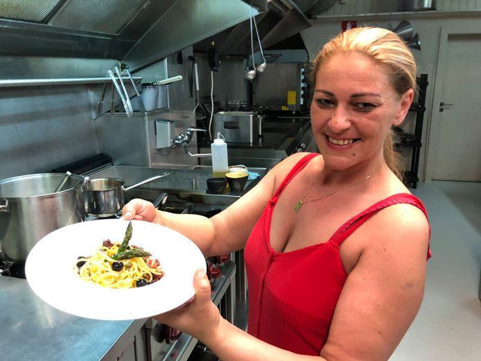 Elisa Monteleone staat zelf achter het fornuis.