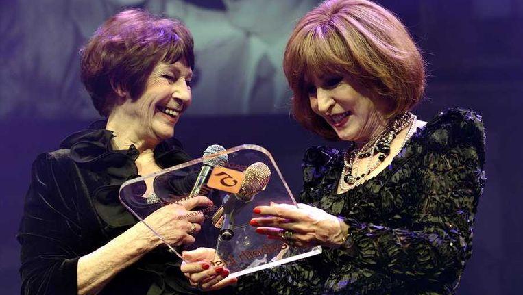 Liesbeth List ontvangt in het DeLaMar Theater uit handen van Mies Bouwman de Radio 5 Nostalgia Oeuvreprijs. Beeld anp