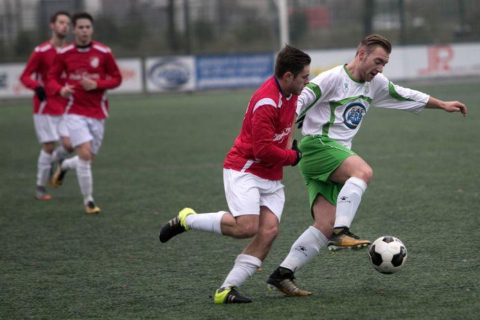 Spits Lars de Haas (r) van Geldrop scoorde zondag tegen Limburgia.