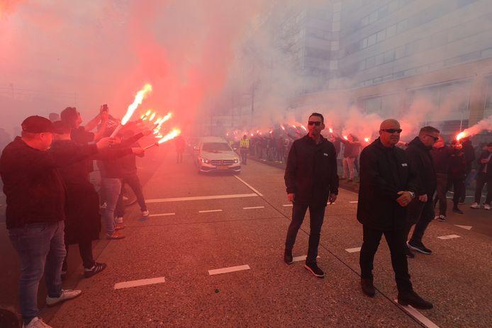 PSV-supporters eren hun icoon Willy van der Kuijlen