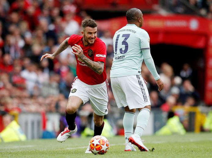 David Beckham passeert Paulo Sergio.