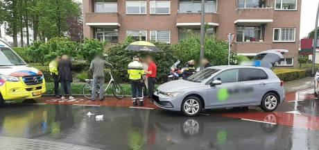 Bestuurder lesauto en fietser op e-bike botsen in Losser
