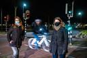 Voetgangers bij de stoplichten aan de Akkerlaan in Waalwijk, binnenkort zullen zij zich aan de avondklok moeten houden.