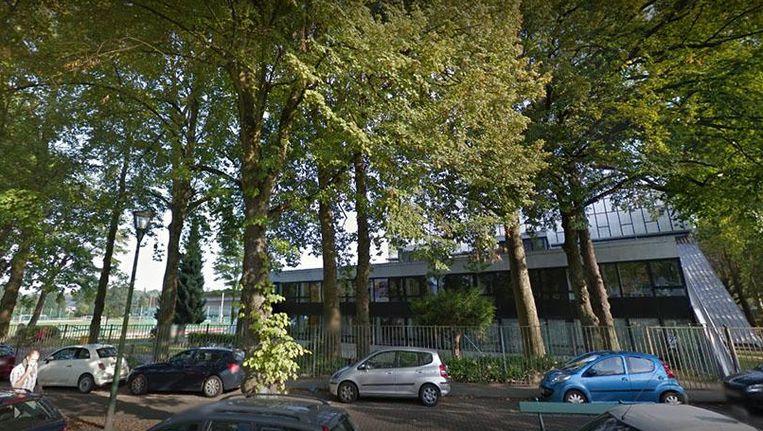 Leerkrachten van het Centre Scolaire Eddy Merckx in Sint-Pieters-Woluwe protesteren omdat ze dit schooljaar nog niet betaald werden. Beeld Google Streetview