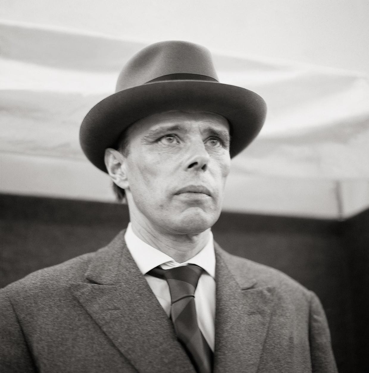 De samenleving was volgens Joseph Beuys een 'sociaal sculptuur', een kunstwerk dat alle mensen samen vormgeven. Beeld Getty Images