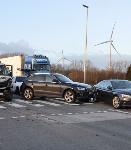 Vier lichtgewonden op Kennedylaan bij ongeval met vier wagens