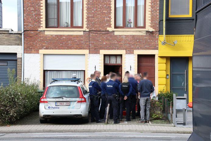 Het lichaam van de vrouw werd disndagochtend aangetroffen in deze woning.