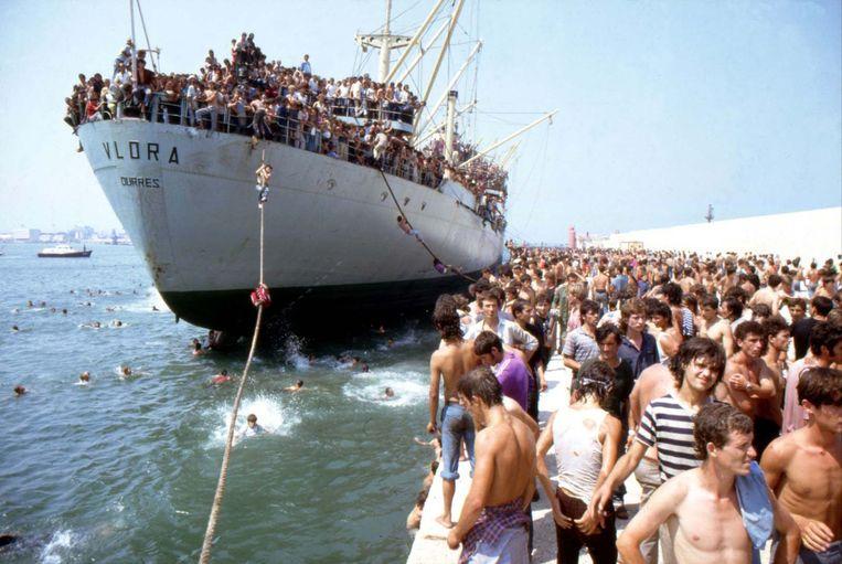 Albanese vluchtelingen zwemmen zo snel mogelijk naar Italiaanse bodem.  Beeld Rare Historical Photos