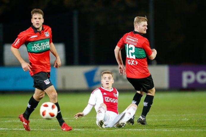 Jong Ajax-speler Teun Bijleveld tussen Joey van den Berg (l) en Mart Dijkstra van NEC.