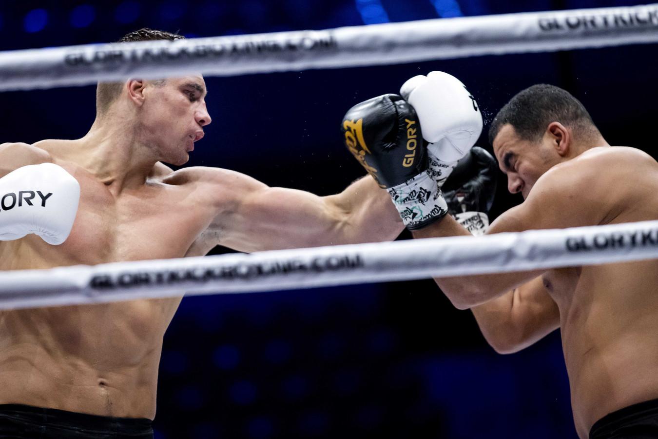Kickbokser Rico Verhoeven en Tarik Khbabez tijdens de finale van Glory 77.