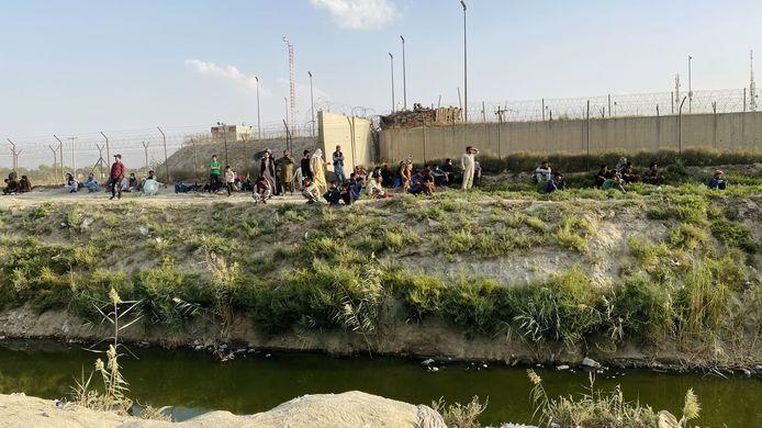 Beeld ter illustratie. Mensen proberen de luchthaven van Kaboel te bereiken.