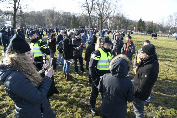 Agenten mengen zich tussen de betogers op het Zwitsalterrein.