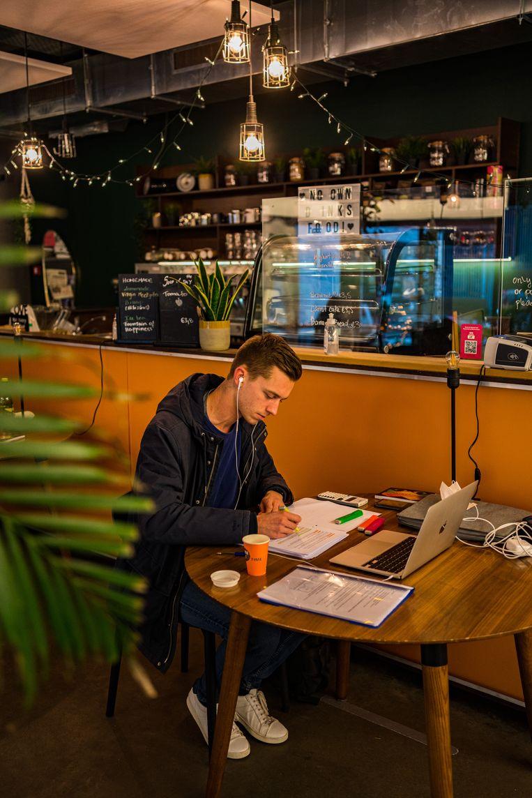 Alexander Verachtert (23) is blij dat hij tussen andere studenten kan werken. Beeld Wouter Van Vooren