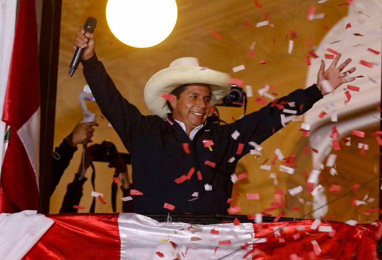 De linkse presidentskandidaat Pedro Castillo begroet zijn aanhangers in Lima, twee dagen na verkiezingsdag. Beeld AFP