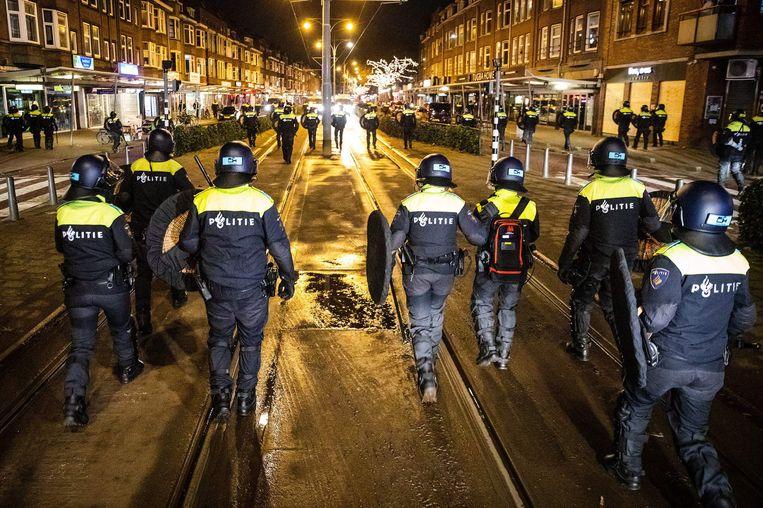 In Rotterdam was de politie massaal aanwezig op straat. Het bleef afgelopen nacht betrekkelijk rustig. Beeld AFP