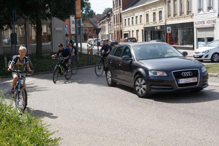 De rotonde wordt gebruikt door leerlingen van vier scholen, en die moeten met flink wat extra verkeer rekening houden.