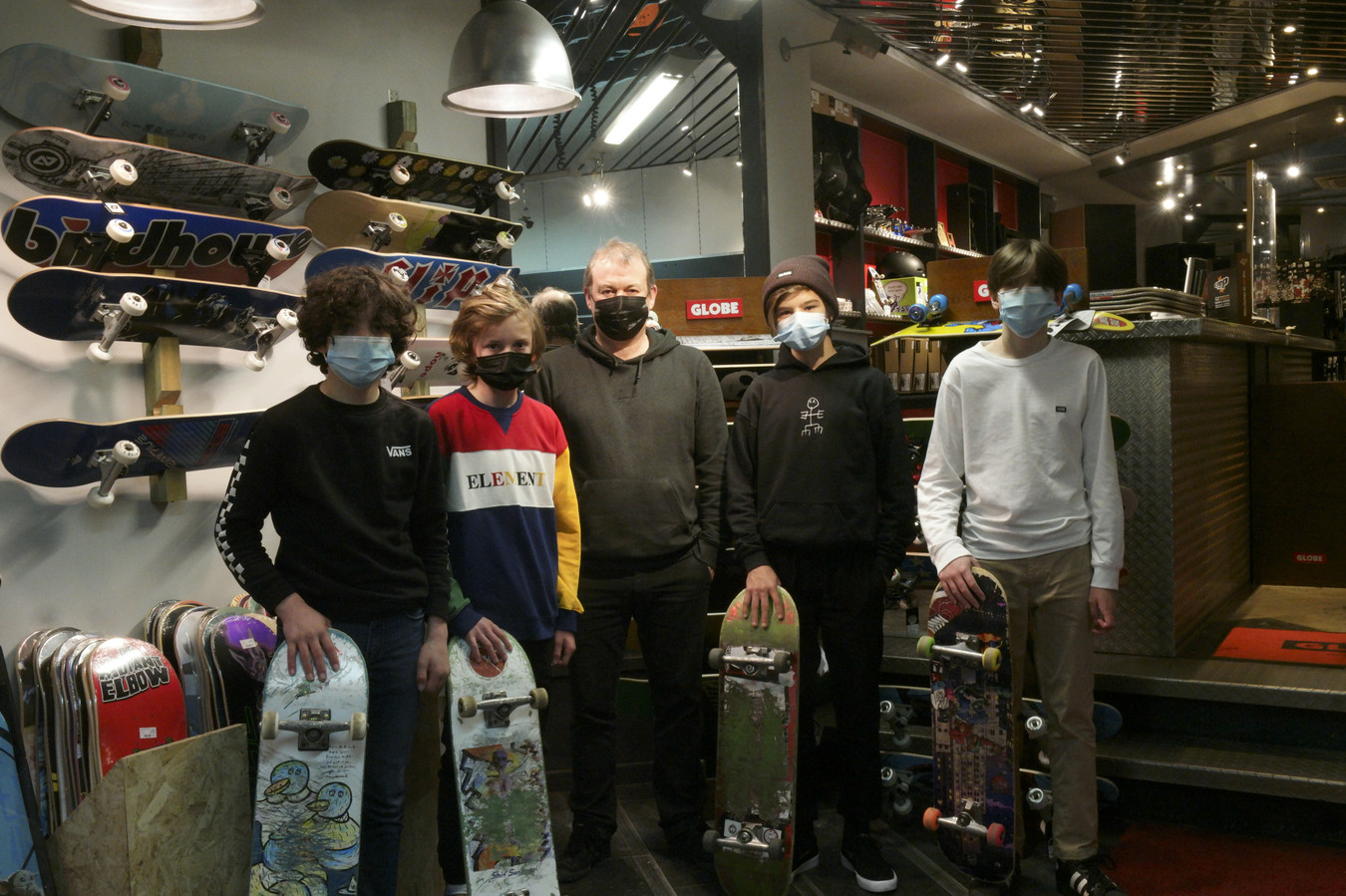 Uitbater van skatewinkel Level 8 Bart Waegemans ( in het midden op de foto) organiseerde een online petitie, zo'n 500 jongeren ondertekenden die.