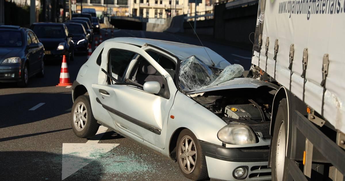 Verkeer in Arnhem staat vast door botsing tussen truck en auto; één bestuurder gewond.