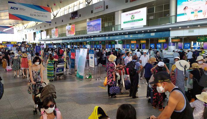 Toeristen op de luchthaven van Da Nang, Vietnam, wachten om naar huis te kunnen vertrekken. Drie bewoners van de stad Da Nang werden positief getest op Covid-19.