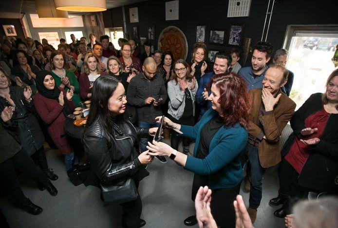 Wethouder Renate Richters (r) opende begin 2018 de Werkplaats Financiën XL aan het Celsiusplein in Woensel-West. Hier kunnen inwoners die vragen hebben over geldzaken of moeite hebben met rondkomen binnenlopen.