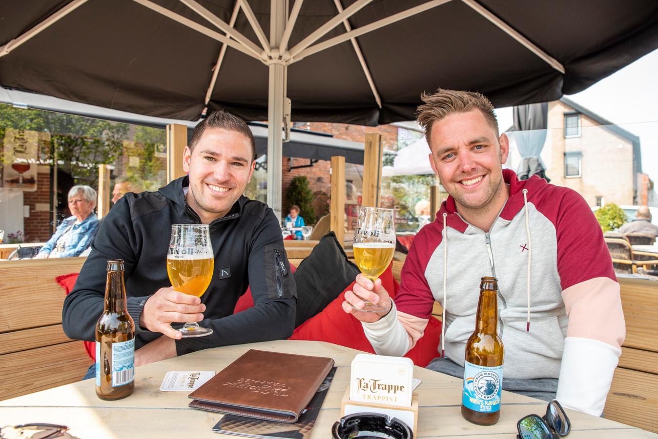 Kevin en Tom aan het speciaalbiertje op het terras in Nispen.