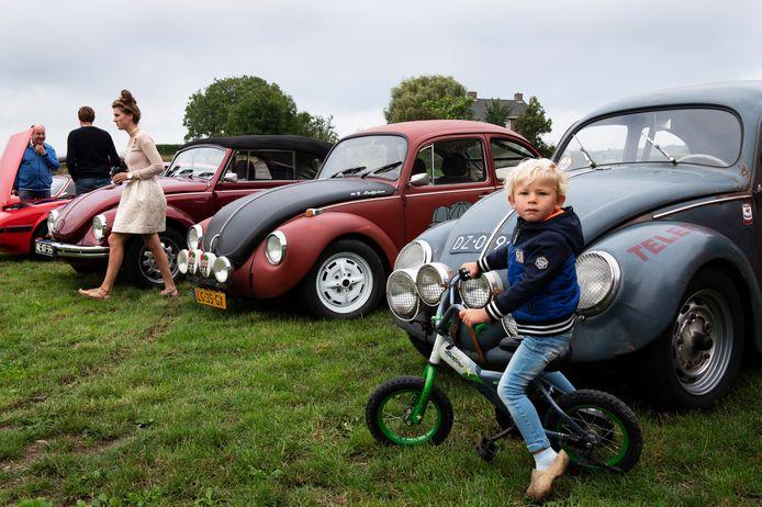 Bezitters van oude bolides showen hun blitse bezit tijdens de oldtimerdag in Opheusden afgelopen zaterdag. Hierboven drie uitvoeringen van de Volkswagen Kever.
