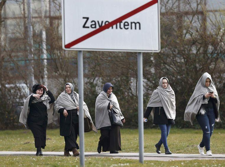 Reizigers lopen buiten bij luchthaven Brussel. Beeld reuters