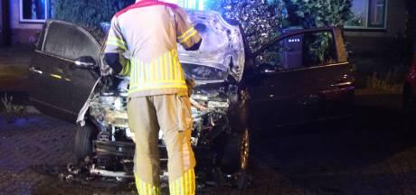 Auto gaat in vlammen op in Bunschoten nadat buurtbewoonster harde knal hoort