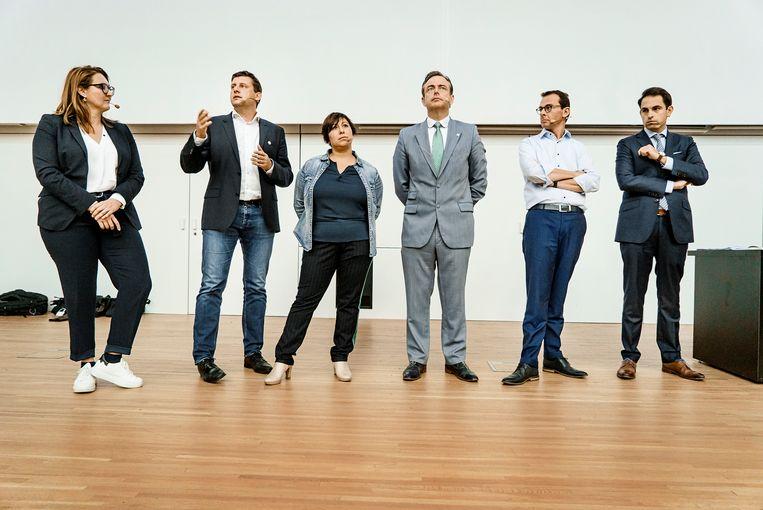 De Vlaamse partijvoorzitters tijdens een debat in Gent: Gwendolyn Rutten, John Crombez, Meyrem Almaci, Bart De Wever, Wouter Beke en Tom Van Grieken. Beeld Eric de Mildt