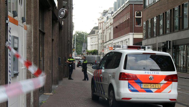 Een deel van de Amstelstraat was afgezet vanwege de vondst van een handgranaat. Beeld anp