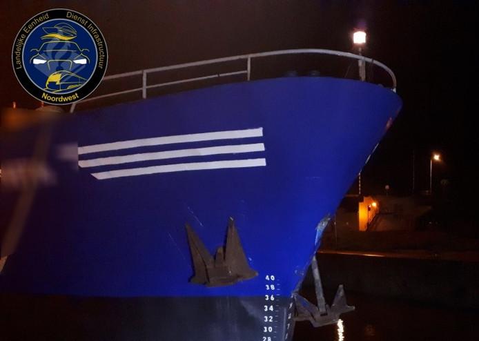 Een van de schepen in Lelystad die in botsing kwam.