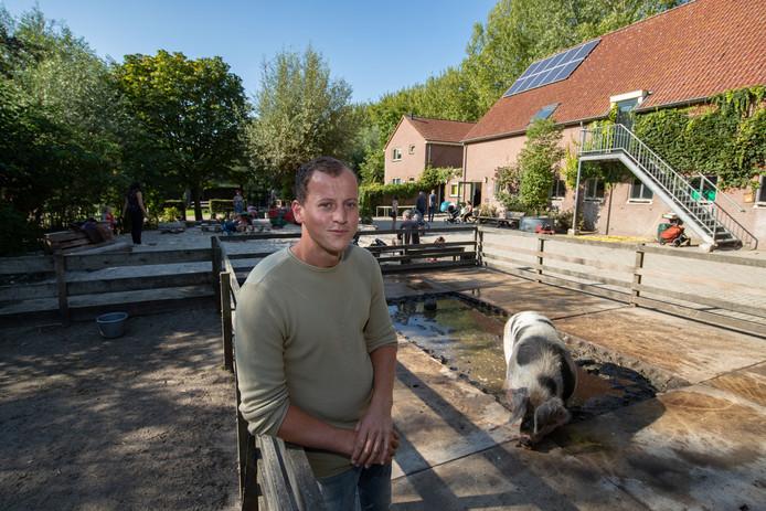 Boer Leon van Werven nam medio vorig jaar het beheer over de kinderboerderij Cantecleer in Kampen over.
