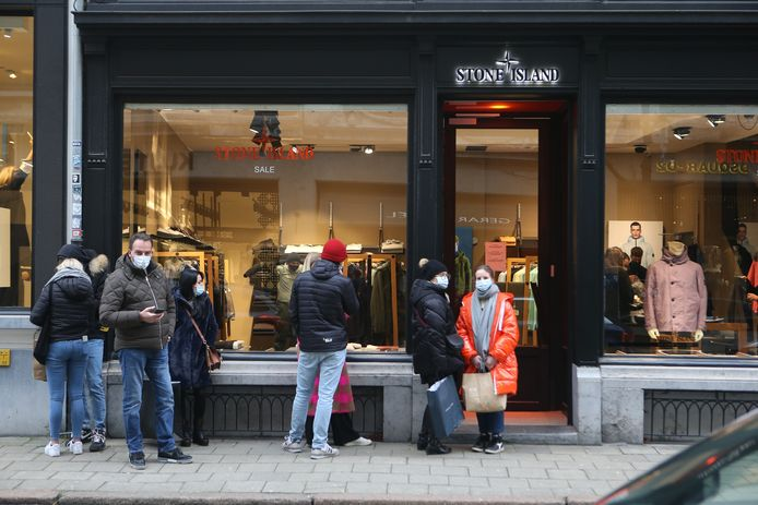 De meeste boetieks in de Antwerpse Schuttershofstraat hebben een beperkte capaciteit, wat toch voor wachtrijen zorgde.