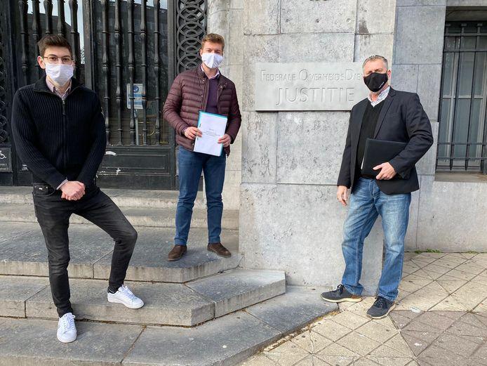 Aalstenaar Stijn Ledegen (midden) van Burger Initiatief voor de Vernieuwing van het Executief van Moslims.