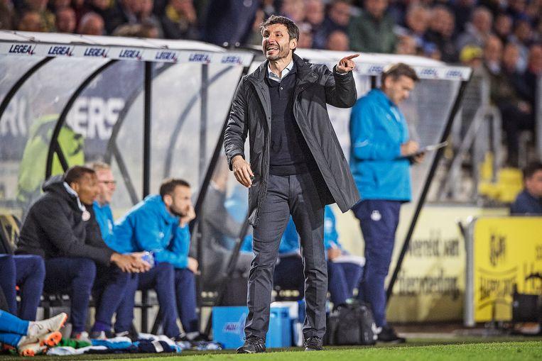 PSV-trainer Mark van Bommel geeft zijn spelers aanwijzingen. Beeld Guus Dubbelman / de Volkskrant