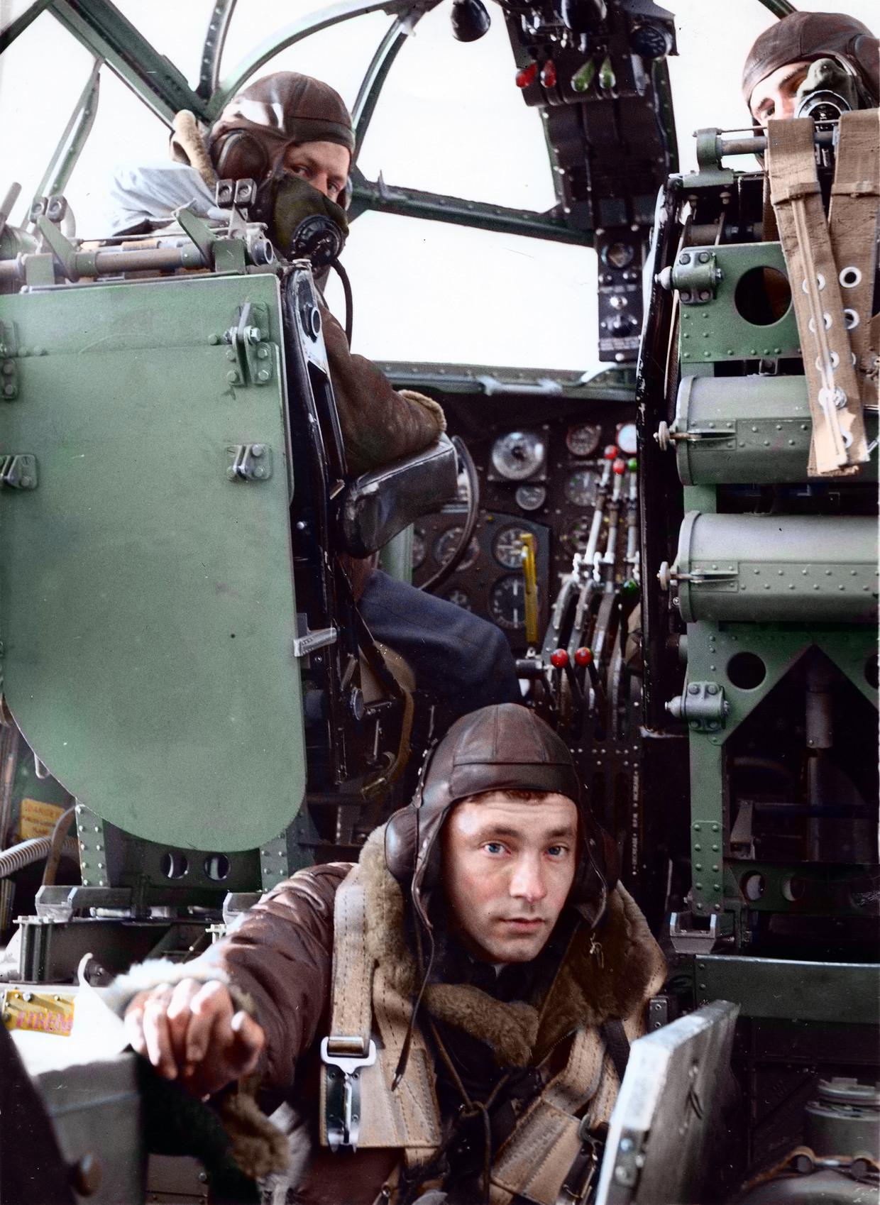 De reusachtige Short Stirling was de grootste bommenwerper die de Royal Air Force in huis had. Ondanks het enorme logge gevaarte roemden de piloten de wendbaarheid van het toestel. Op de foto zitten twee piloten achter hun instrumenten en komt de bommenrichter net vanuit zijn compartiment de cockpit binnen. Beeld Collectie Gerard Groeneveld. Colourist Jakob Lagerweij
