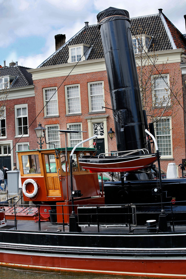 Stoomsleepboot Pieter Boele, afgemeerd voor Het Dordts Patriciërshuis.