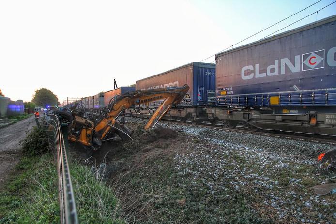 Graafmachine zat vast op het spoor in Deurne.