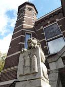 De leeuw op de trappen van het raadhuis in Oisterwijk